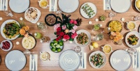 https://do5ctr7j643mo.cloudfront.net/wp-content/uploads/2017/05/16175702/ramadan-table-setting-the-dish-catering-company.jpg